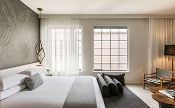 kimpton-los-angeles-california-la-peer-hotel-guestroom-windows-king-bed-chaise-lounge